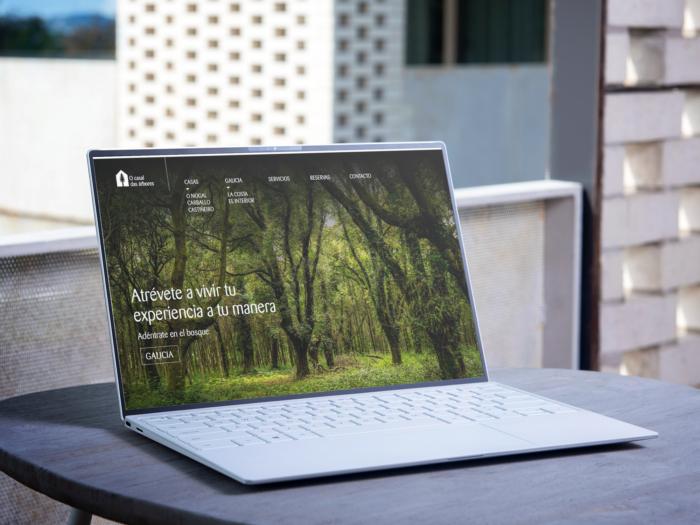 Web O Casal das Árbores en laptop